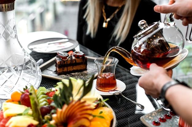Мужчина наливает чай в стакан армуду Бесплатные Фотографии