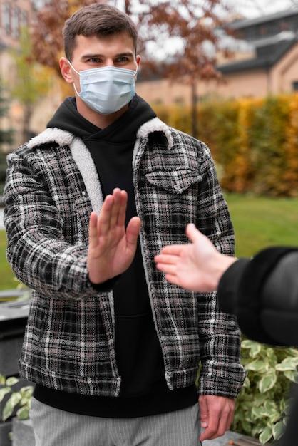 握手を拒否する男 無料写真