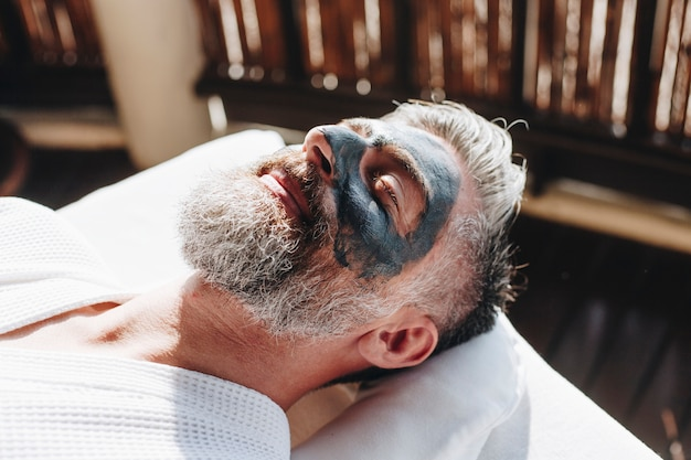 Man relaxing at a beauty spa Premium Photo