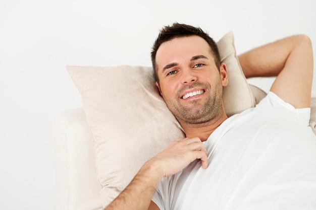 L'uomo in un momento di relax a casa Foto Gratuite
