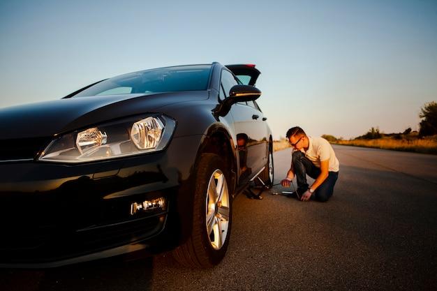 車を修理する男 無料写真