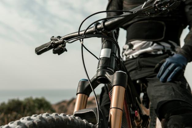 Человек, езда на горном велосипеде крупным планом Бесплатные Фотографии