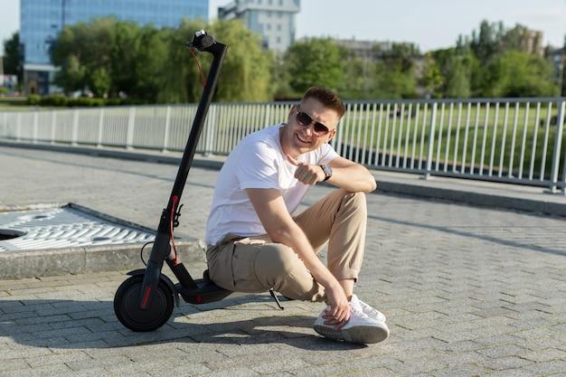 街中を電動スクーターに乗る男 Premium写真