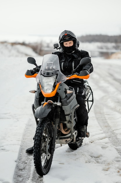 Uomo in sella a moto il giorno d'inverno Foto Gratuite