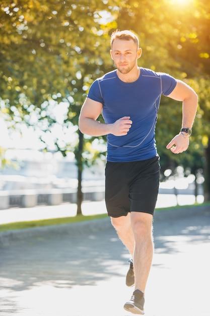 朝の公園で走っている人。健康的なライフスタイルのコンセプト 無料写真