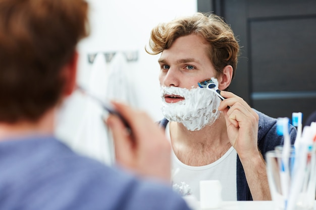 Man shaving Free Photo