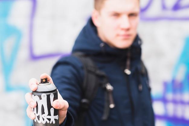 Человек, показывающий аэрозоль Бесплатные Фотографии