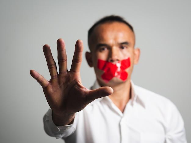 Человек показывает знак остановки жест рукой, изолированные на белом Premium Фотографии