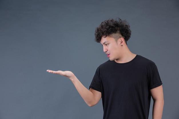 Un uomo che mostra le sue mani su una posa Foto Gratuite
