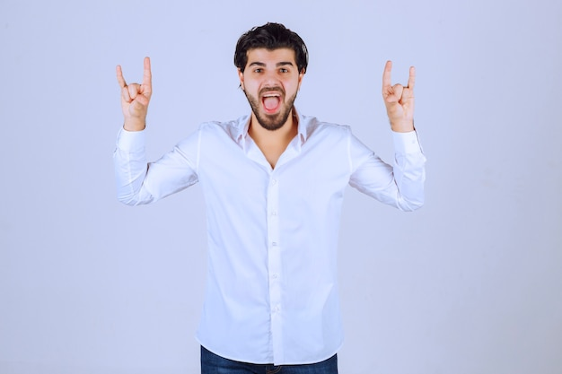 토끼 또는 늑대 손 기호를 보여주는 남자. 무료 사진