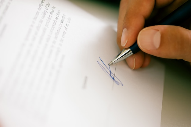 Man signing a contract Premium Photo
