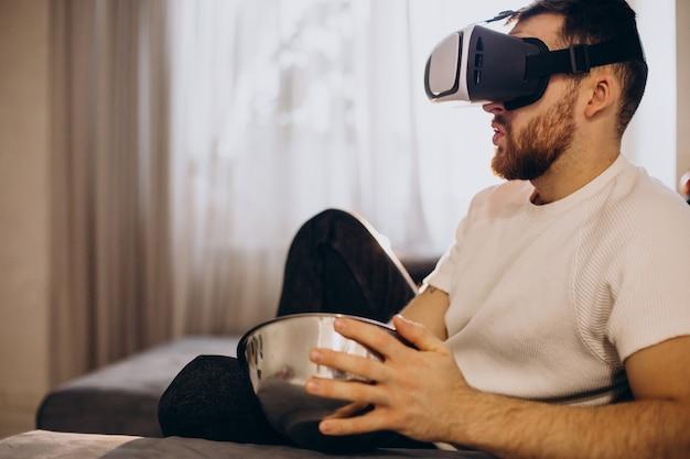 家に座ってvrを使用している男 無料写真