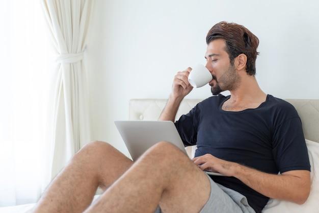 Uomo seduto sul letto Foto Gratuite