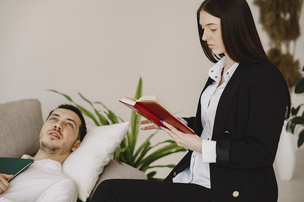 心理学者のオフィスに座って問題について話している男性 無料写真
