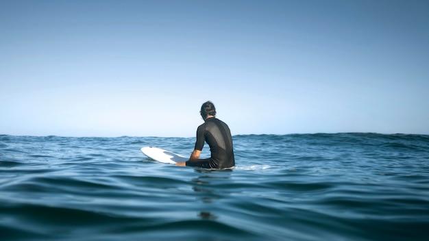 Человек сидит в воде со спины выстрел Бесплатные Фотографии