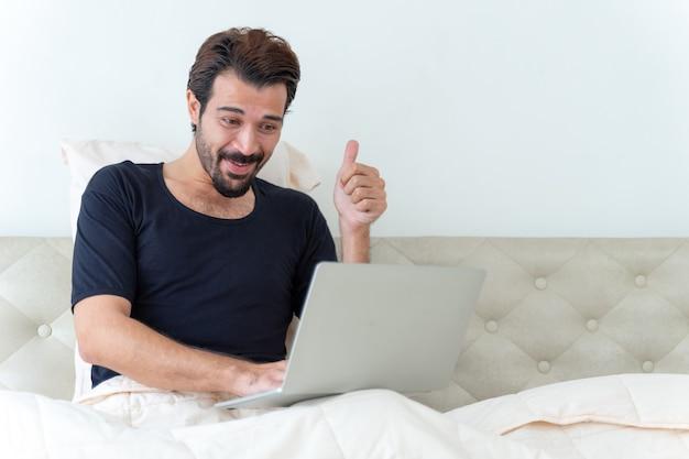 ベッドに座っている男 無料写真