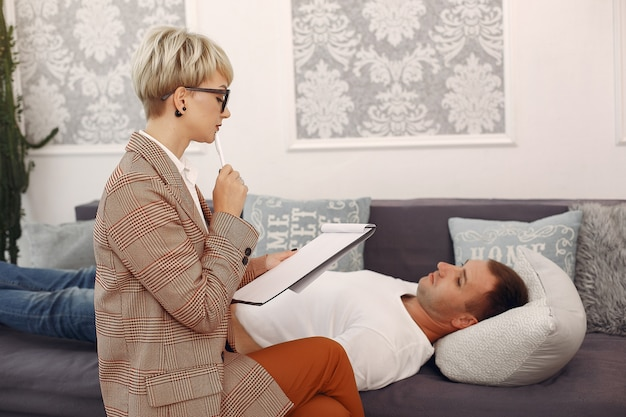 Man sitting in the psychologist's office and talking about problems Free Photo