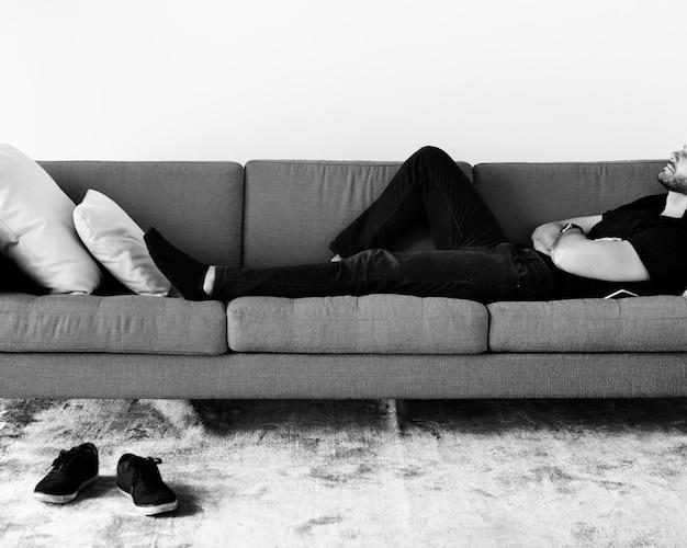 Uomo che dorme sul divano Foto Gratuite