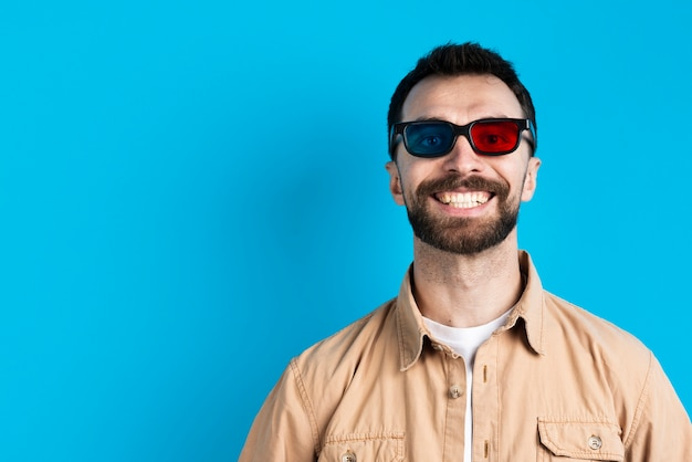 Man smiling while wearing glasses for movie Free Photo