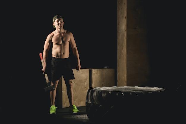 ハンマースレッジクロスフィットトレーニング付きの男性用スタンドホイールタイヤ Premium写真