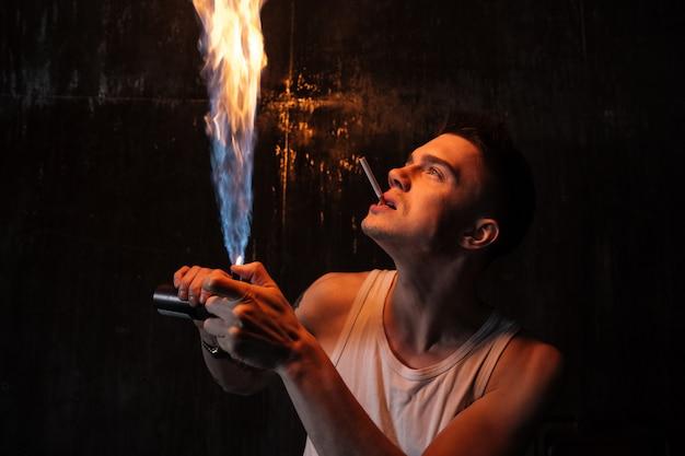 Uomo in piedi sul pavimento con gas spray e sigaretta Foto Gratuite