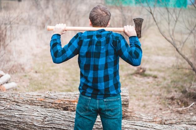 Человек, стоящий в лесу со своим топором Бесплатные Фотографии