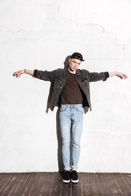 Мужчина стоит на полу Бесплатные Фотографии