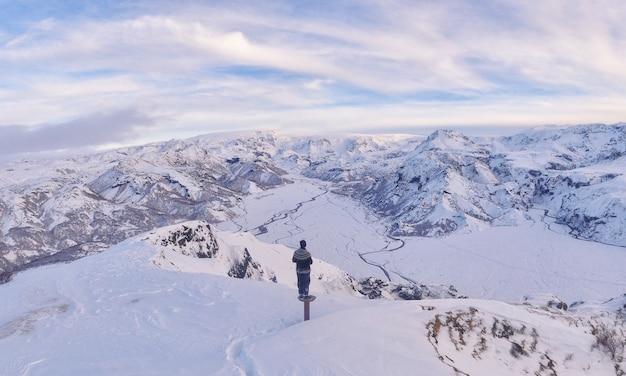 雪原に立っている男 無料写真