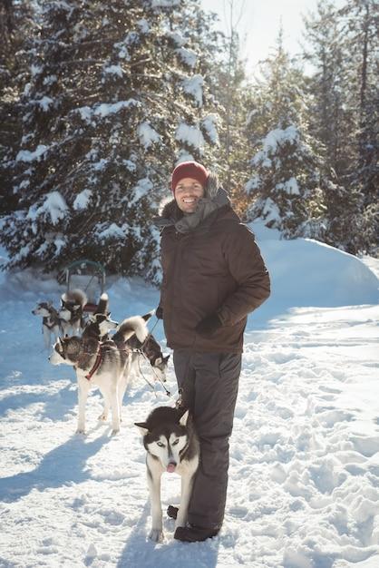 シベリアンハスキー犬と一緒に立っている男 無料写真