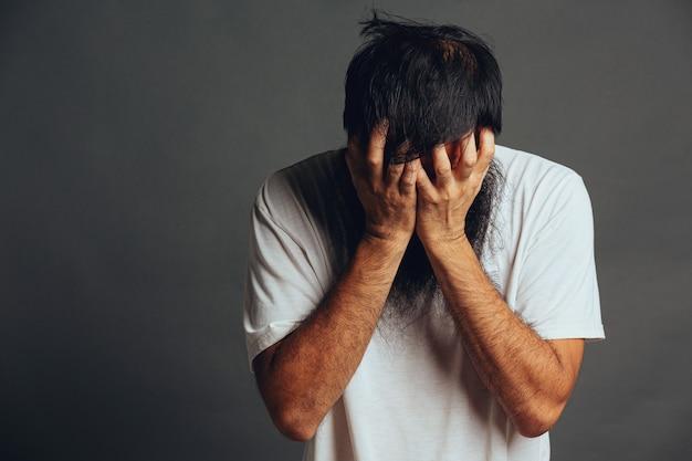 Человек напрягается и закрывает лицо руками Бесплатные Фотографии