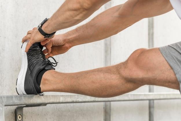Uomo che allunga le gambe fuori Foto Gratuite