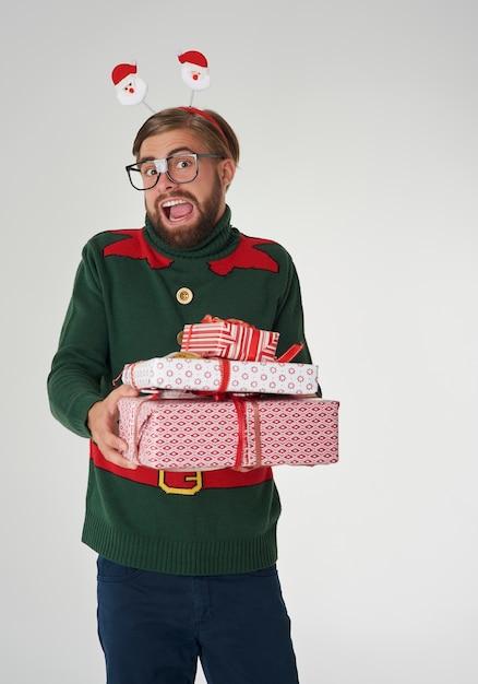 多くのクリスマスプレゼントに驚いた男 無料写真