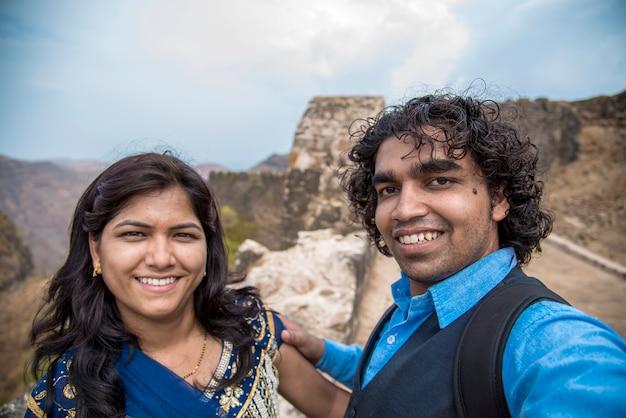 Мужчина делает селфи со своей женой или девушкой перед фортом Premium Фотографии