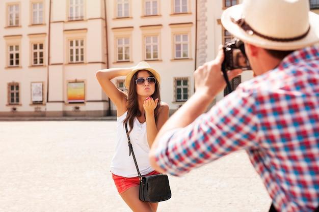Uomo che cattura foto della sua ragazza Foto Gratuite