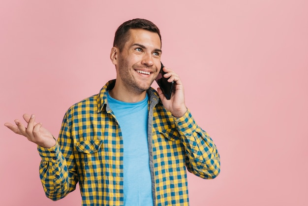 Man talking on the phone with copy space Free Photo