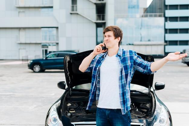 Man talking on the phone Free Photo