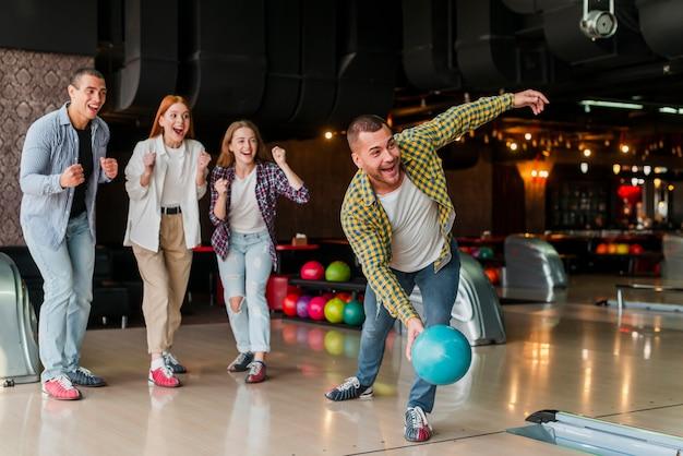 ターコイズボウリングボールを投げる男 無料写真