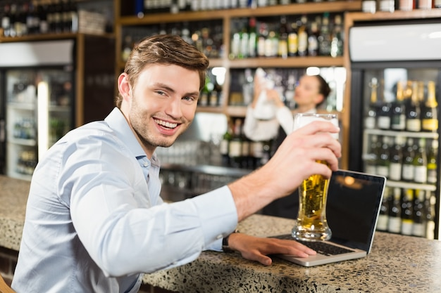 Man toasting a beer Premium Photo