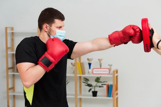 ボックスマッチのトレーニングの男 無料写真
