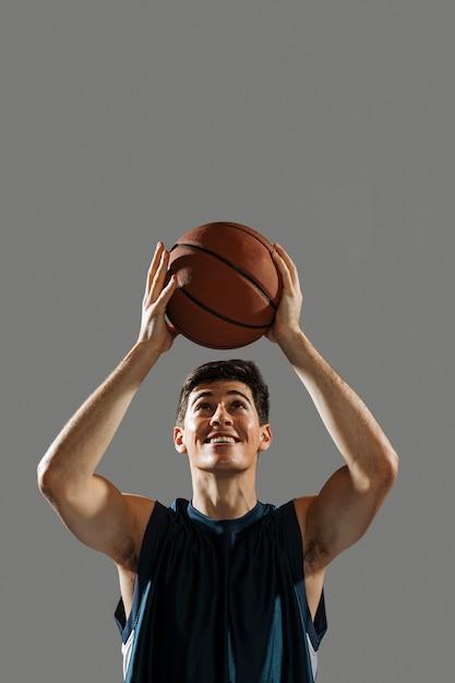 Тренировка человека для игры в баскетбол Бесплатные Фотографии
