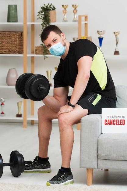 医療マスクを着用しながらトレーニングをする男性 無料写真
