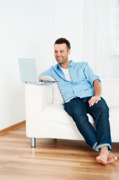 Uomo che utilizza un computer portatile a casa Foto Gratuite