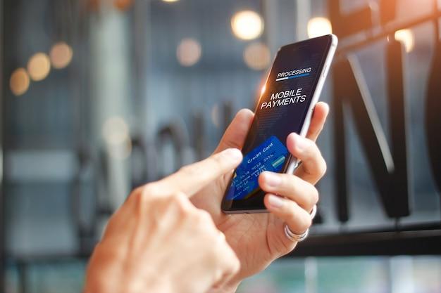 画面上のモバイル決済オンラインショッピングネットワーク接続を使用している人 Premium写真