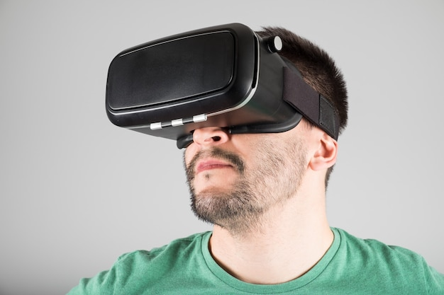 Man using virtual reality glasses Premium Photo