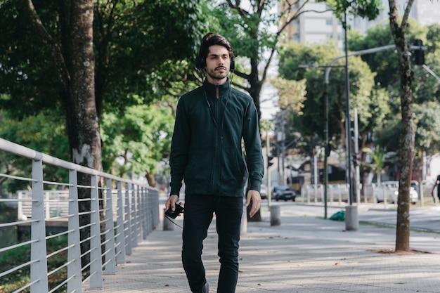 Бесплатно Фото   Человек гуляет и слушает музыку в парке