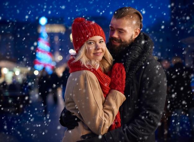 彼のガールフレンドを暖める男 無料写真