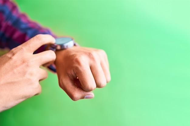 男はブランクスクリーンで日常生活の中でスマートな時計を着る Premium写真