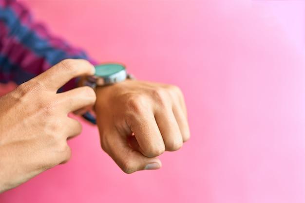 男は日常生活でスマートな腕時計を着用 Premium写真