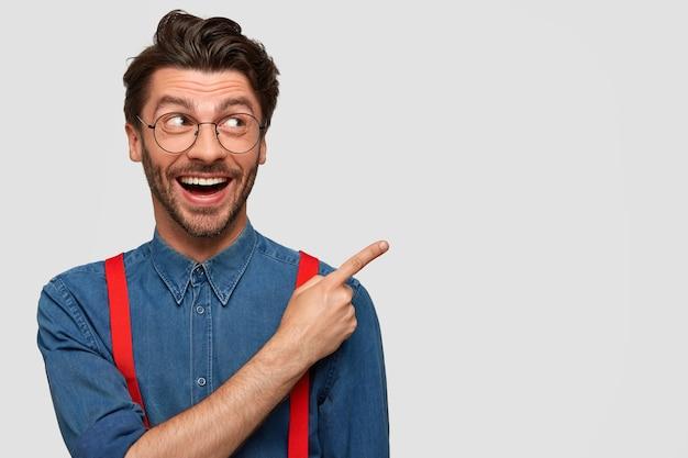 Человек в джинсовой рубашке и красных подтяжках Бесплатные Фотографии