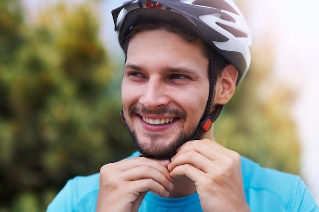 スポーツヘルメットをかぶった男 無料写真